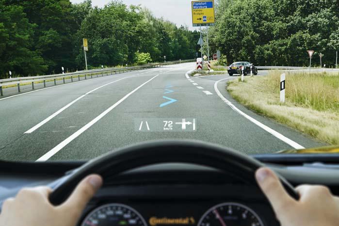 Kørebanebeskrivelse, hastighed og GPS-advisering via HUD - Head-Up Display i bilens vindspejl.