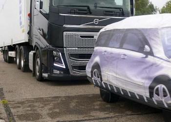 At blive skubbet til af 44 tons lastvogntog kan være livsfarligt, men det kan teknologi som Volvo Trucks ACB-system gøre noget ved. Bemærk lige vinklen på lastbilens førerhus, den understreger energien i bremsemanøvren.
