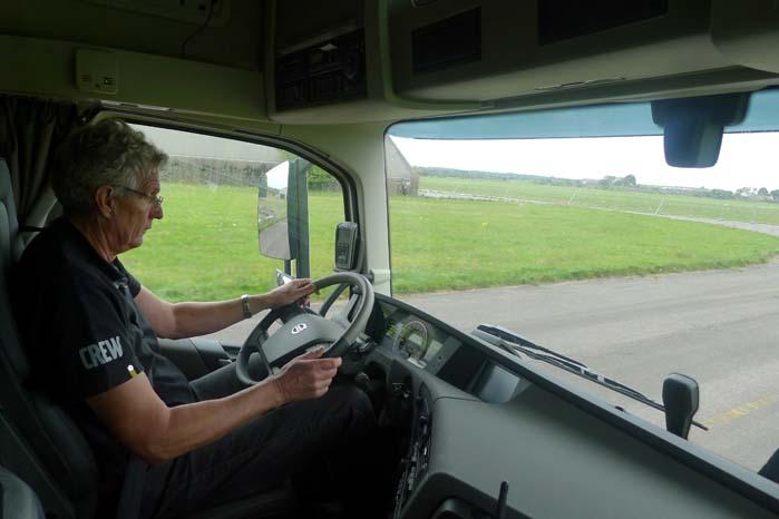 Selvom chaufføren et øjeblik har sun opmærksomhed t andet sted, vil ACB-systemet sørge for at holde hans lastvogn på sikker afstand af eventuelle forankørende trafikanter.