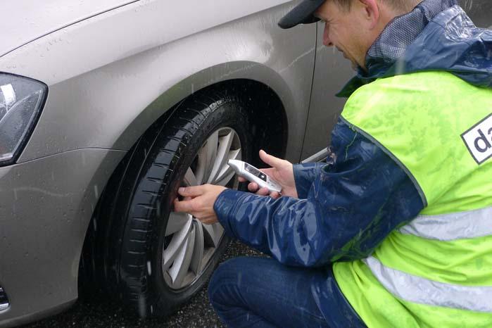 Ved kontrollen bliver bliver der målt og noteret, så der sidenhen kan laves analyse af tilstanden i rigets bilpark.