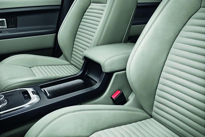 Land Rover har sørget for et luksuriøst islæt med kraftige og læderpolstrede sæder som en mulighed i modeludvalget.