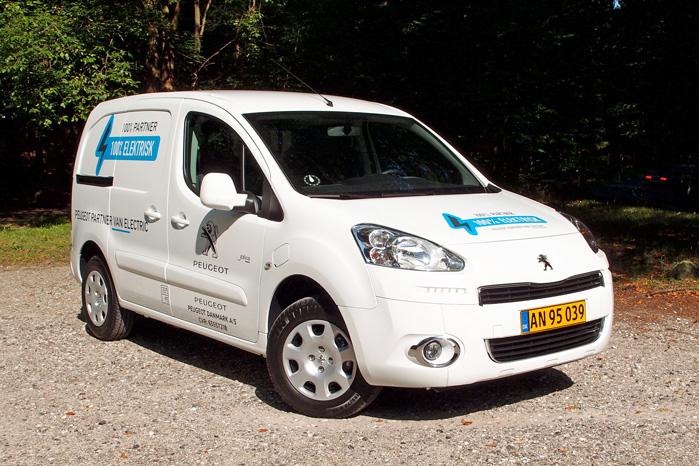 Peugeot Partner Electric van lever helt op til de samme krav som sin dieseldrevne tvillingesøster - og nu viser de private elbilister, at det kan lade sig gøre at køre elbil, selv om man har et stort kørselsbehov