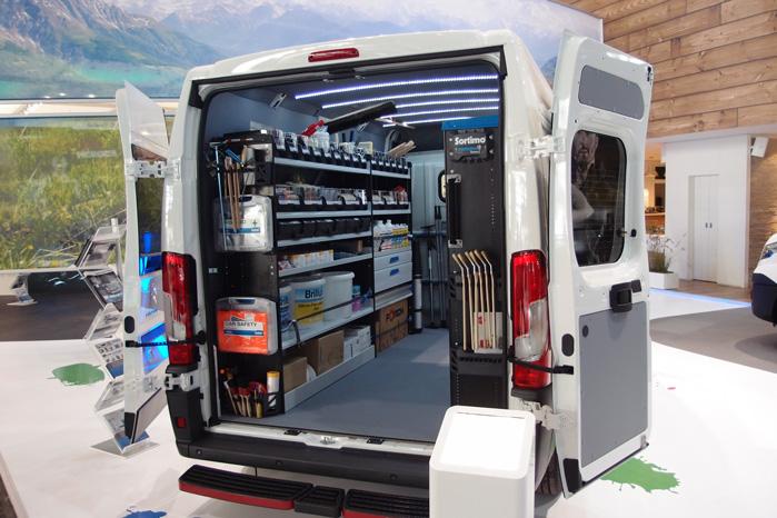Simpleco er bygget op af kulfibersider og indrettet med transportable plast-kasser til for eksempel elektrikere, malere og rejsende i dimser