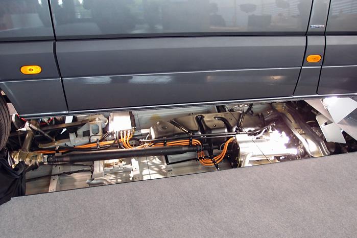 Undskyld billedkvaliteten, men man kan vist godt fornemme, at elmotoren er den blanke cylinder til højre i billedet monteret lige bag gearkassen med sirligt anbragte kabler bagud til kontrolboks og batteri