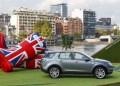 Bon jour, Paris, her kommer den nye Discovery Sport på én gang kørende og flydende på Seinen.
