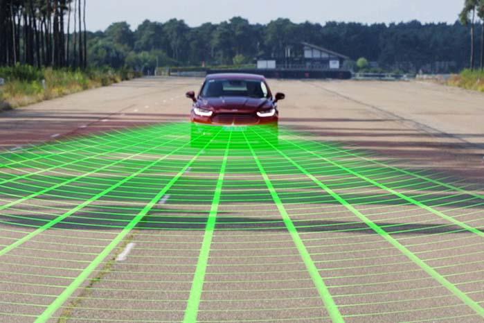 Mondeo kan være udstyret med radar, så ingen trafik kan snige sig på tværs af sporet uden at blive opdaget.