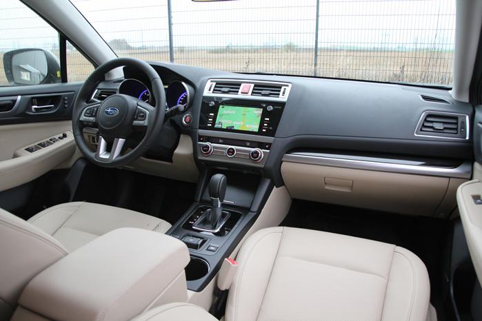 Matsort interiørbeklædning omkring gearstangen og lidt mindre aluminium løfter helhedsindtrykket