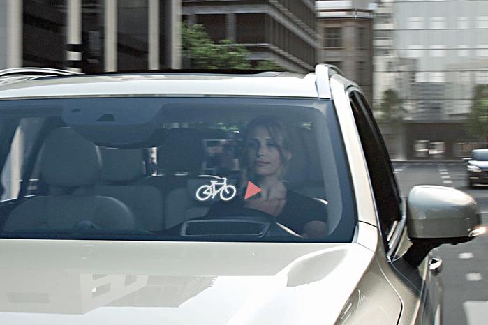Bilisten får en advarsel på sit head-up display om, at en cyklist er nær, mens cyklisten samtidigt får et lyssignal i hjelmen