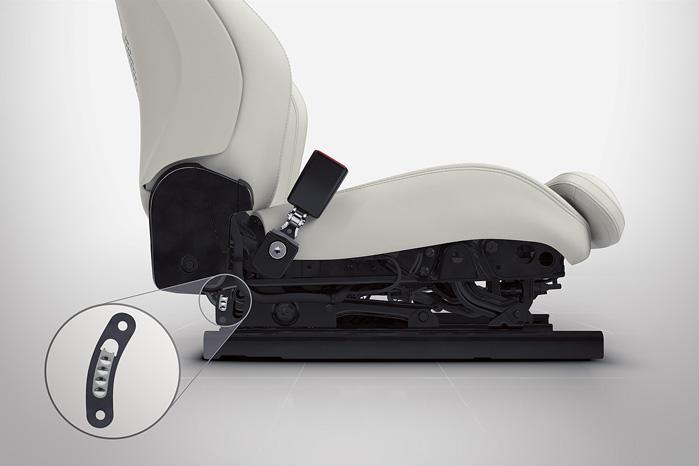 En lille stødabsorberende enhed mellem sæde og ramme afbøder nogle af de store kræfter, rygsøjlen kan udsættes for, når bilen kører i grøften eller rammer en høj forhindring