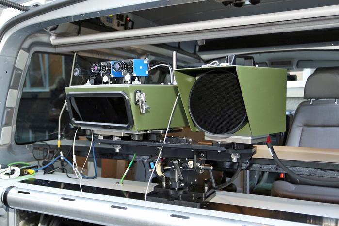 Den brede boks til venstre måler hastigheden med en laser, mens den runde skive til højre er den røde blitz. De to blå kameraer tager selve billedet. De er indstillet til hver sin afstand i to forskellige vejbaner