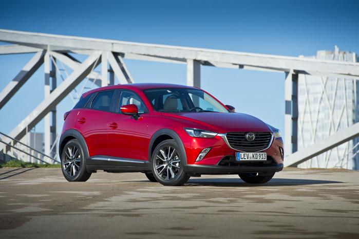 Mazda CX-3 fås både med to- og firehjulstræk, men i samtlige varianter ligner den en rå terræn-bil i en håndterlig størrelse