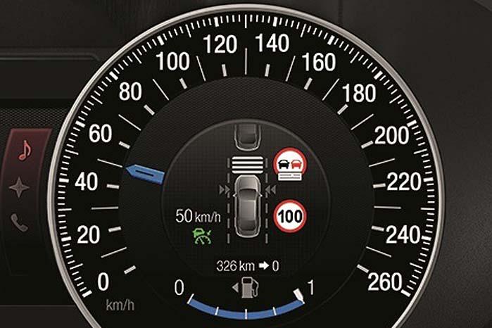 Det semi-autonome system registrerer, når bilen færdes i et område med fartbegrænsning og regulerer automatisk bilens fart i forhold dertil.