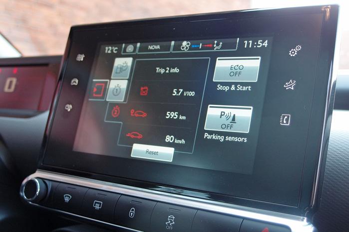 Bortset fra ganske få basale funktioner, som bruges ofte under kørslen, foregår al betjening nemt via den trykfølsomme skærm i midten