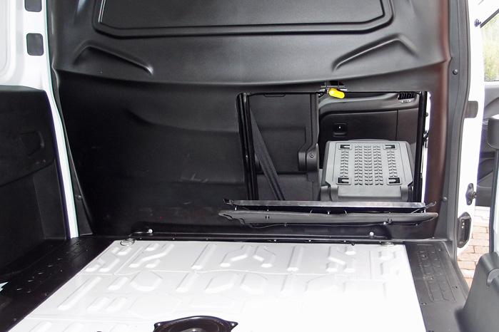 Den nye støjdæmpende bagvæg med både et metal- og et plastiklag har en lille luge bag passagersædet, som bringer den samlede længde på langt gods op på 2,7 meter (2,8, hvis du også åbner handskerummet) med lukket bagdør. Det virker lidt fnidret, og du får nok lidt ridser i instrumentbordet