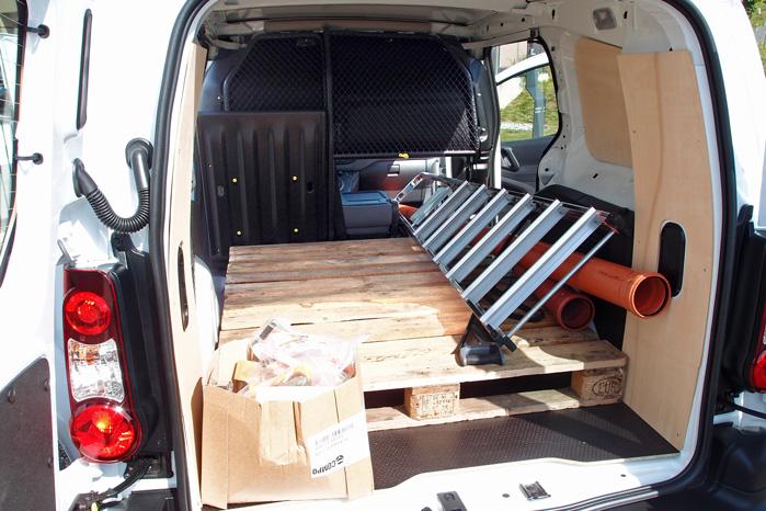 Den store bagklap, som forlænger lastelængden til tre meter med nedfældet passagersæde, er ekstraudstyr