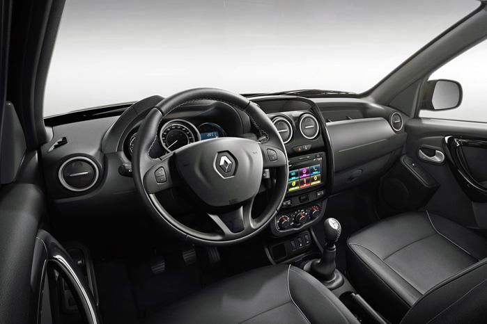 Dacia sætter sine tydelige spor. Kabinen er anden generation af Dacia Duster og bliver fyldt godt op med fartpilot, navigation, Bluetooth og meget andet, der gør tilværelsen bag rattet lettere at fordøje