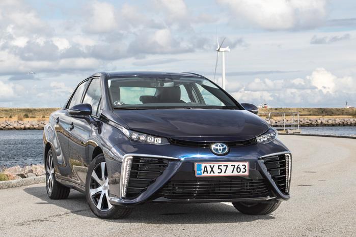 Sådan set i den rigtige vinkel og i de rette omgivelser, giver Toyota Mirai mening både som symbol på en ren fremtid og som bil