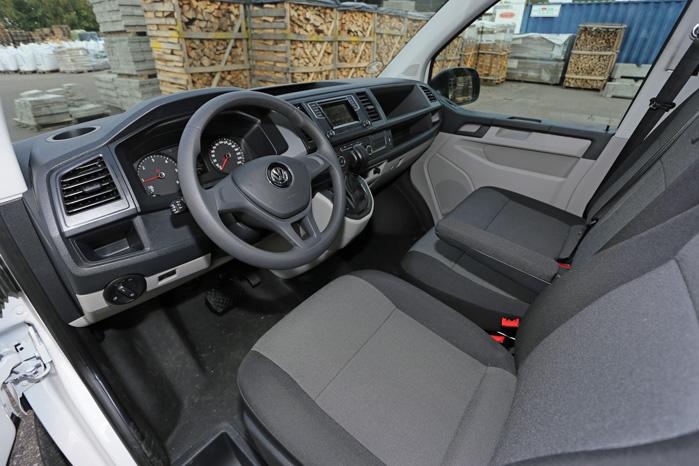 Her er VW Transporter T6' største kosmetiske fremskridt. Instrumentbordet fra personbilerne med super kopholder, touchskærm som standard og masser af afsmidningsplads