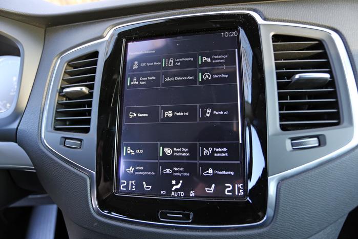 Cockpit-fornemmelsen med tusind knapper er pakket ned i den store touch-skærm. Skulle alle de funktioner pakkes ud, ville kabinen blive forvandlet til cockpittet i en jumbojet