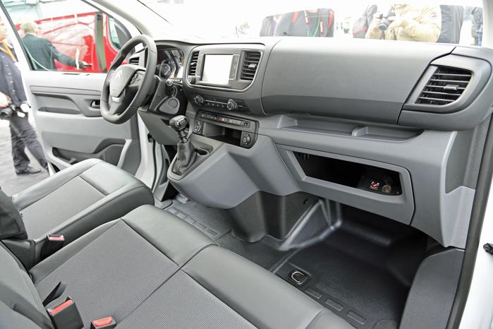 Udefra har de hver især fået sit mærkes særlige design-detaljer, men indvendigt er det en voksen udgave af mikrobilerne 108, C1 og Aygo