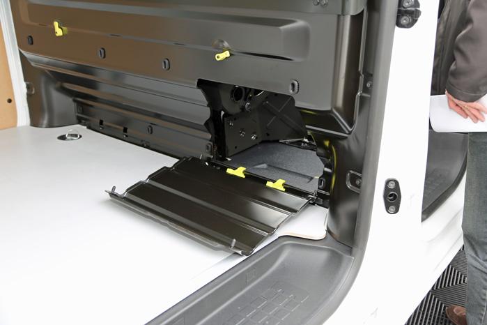 En lille Ford-detalje: Der bliver plads til ekstra lange pakker ved at fjerne en klap i adskillelsen og folde passagersædet væk