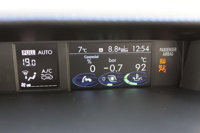 Ikke én men to små skærme med for eksempel speeder- og turbotryk