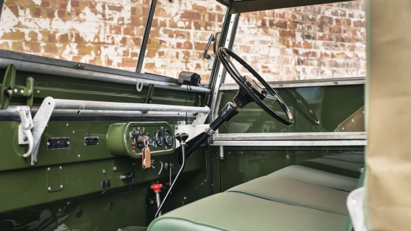 Det var først med introduktionen af Serie III, at Land Rover flyttede instrumenterne fra midten af 'instrumentbordet' til over rattet.