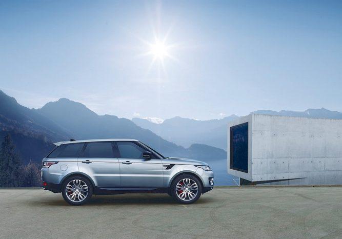 Udvendigt er der ikke noget, der viser, at denne Range Rover Sport kun har en 2-liters dieselmotor. Det er nok også bedst.
