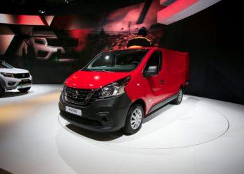Nissan har leget skiltelegen og smidt Nissan-skilte på en varevogn, som vi normalt kender som Renault Trafic eller Opel Vivaro. Forskellen er, at Nissan giver fem års garanti.