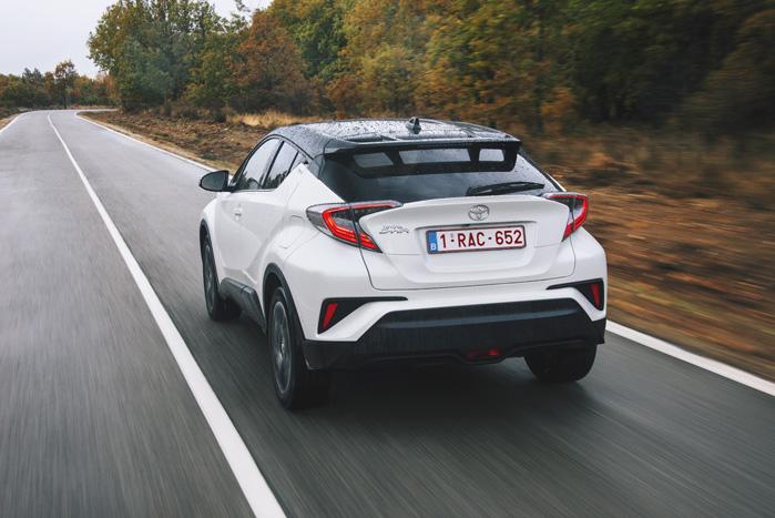 De store baglygter er en del af Toyotas design-identitet, men de er snittet midt over, så det ikke er gået ud over åbningen