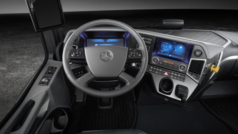 Kabinen ligner en almindelig Mercedes-kabine med automatgear.