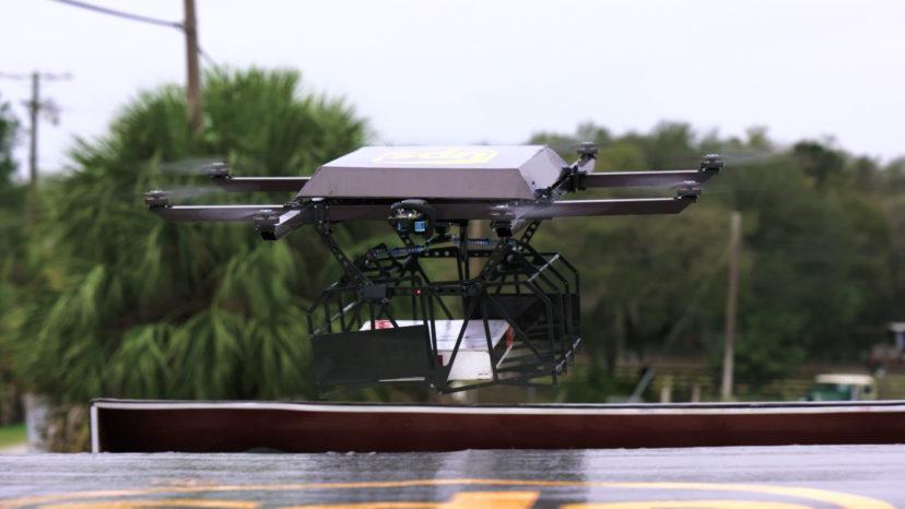 Dronen har otte motorer, så den kan flyve med pakker på op til fem kilo.