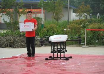 En lokal distributør har modtaget en droneleveret pakke. Foto: JD.Com