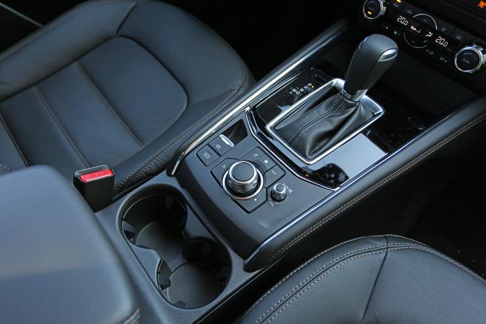HMI Commander kalder Mazda betjeningsknappen til infotainmentsystemet - praktisk anbragt i nærheden af kopholderen