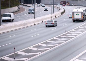 Noget af det, vi bliver mest irriterede over i trafikken, er, at andre ikke holder til højre. Det siger lidt mere end halvdelen af bilisterne i Vejdirektoratets undersøgelse. Foto: Vejdirektoratet