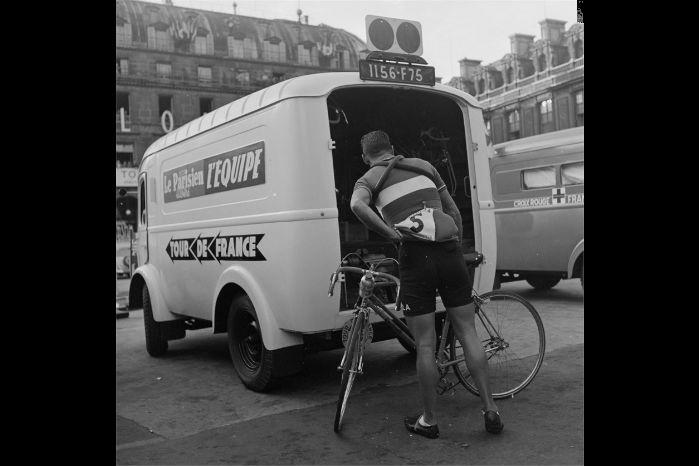 """1950. En """"Renault 1000 kg"""" som følge- og forsyningsvogn i Tour de France"""