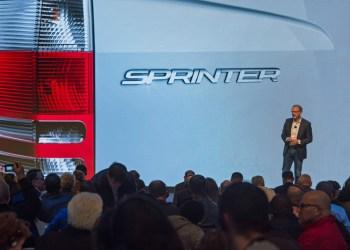 Her står samme varebils-chef Volker Mornhinweg foran et billede af næste års store nyhed. De forstå sgu at piske en stemning op