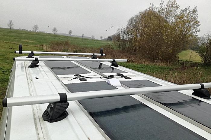 De nye solpaneler kan producere strøm, selv om udstyr på taget kasterskygger på dem