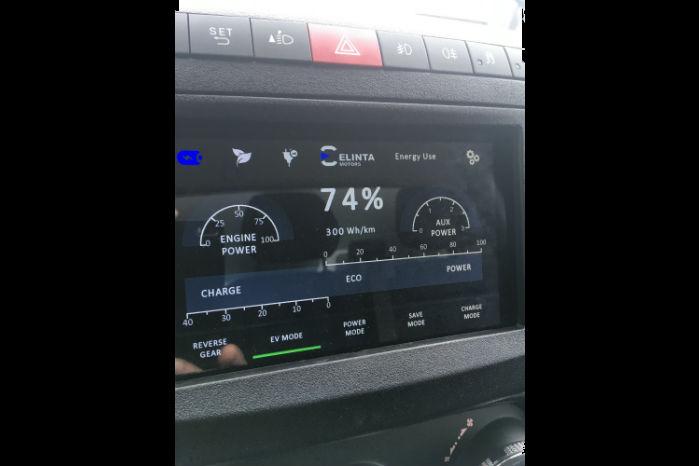 På kontrolpanelet i kabinen kan man overvåge og indstille hybridssystemet