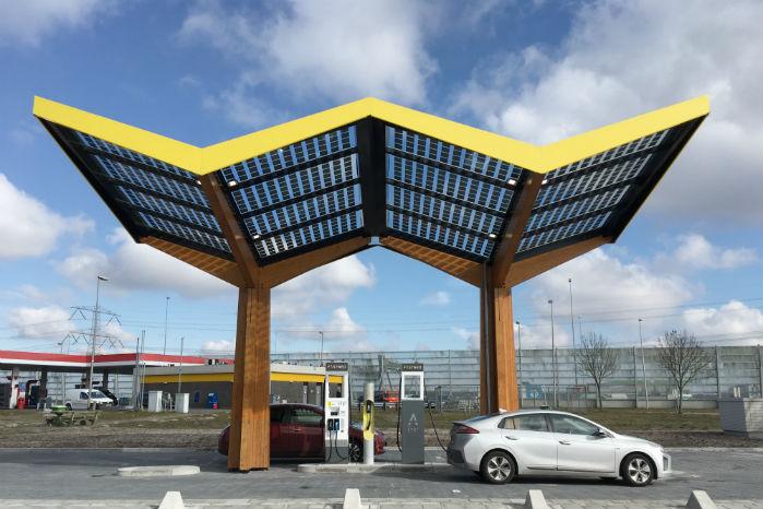 Verdens første ladestation med op til 350 kW står ved motorvej A8 i nærheden af Amsterdam. Foto: Roos Korthals Altes