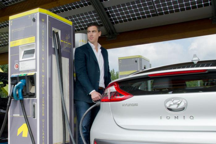 Hyundai Ioniq kan modtage op til 100 kW, og topper dermed standarden for ladekapacitet. Teslas biler kan dog modtage 120 kW, men ingen andre har adgang til deres stationer. Foto: Roos Korthals Altes