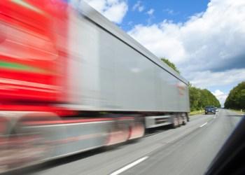 Fra næste år må lastbilerne sætte farten op til motorvejsfart uden for bebygget område. Arkivfoto: Per Daugaard