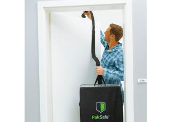 Modtageren af pakken hænger tasken over døren, lukker døren og tager hjemmefra. Foto: PakSafe