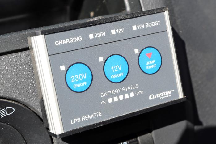 På det lille panel i kabinen kan du for eksempel skifte om til 'Jump Start', hvis startbatteriet strejker