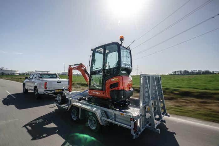 Hiver du en trailer med værktøj efter varevognen eller har du en byggematerialer eller gravemaskine med bagpå, så kan du se frem til at få mere fart på fra næste år. Folketinget har i dag vedtaget en lov, der hæver fartgrænsen på landevej til 80 km/t – den tidligere fartgrænse var 70 km/t. Den nye lov gælder også for dem, der har campingvogn på slæb og for lastbiler uden hænger. Den nye lov er vedtaget i Folketinget i dag. Loven betyder, at lastbiler og store og små vogntog, som det hedder, allerede fra 1. januar 2020 må hæve hastigheden med 10 km/t og køre 80 km/t på lande- og motortrafikveje - med mindre skiltene kræver en lavere hastighed. De fleste vil nok glæde sig over ikke at skulle ligge bag en langsomkørende bil med trailer i fremtiden og den, der har trailerne bagpå kan glæde sig over at komme hurtigere frem.