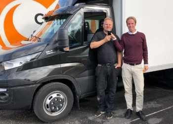 Vognmand Bjørn Erik Godlien (tv) monterer alkolåse i alle firmaets varebiler. Alkolåsene leveres af Christian Salvesen fra KGK (th)