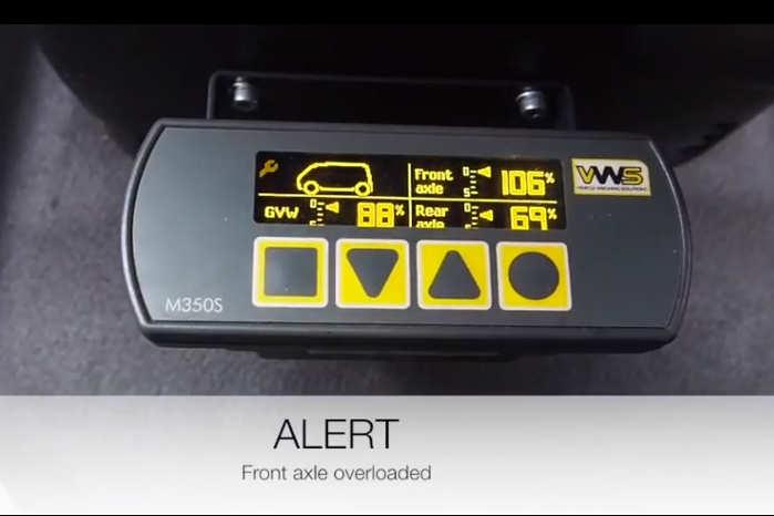 VOPS 2-systemet fra VWS viser akseltrykket og totalvægten i procent på et display. Her er der overlæs på forakslen