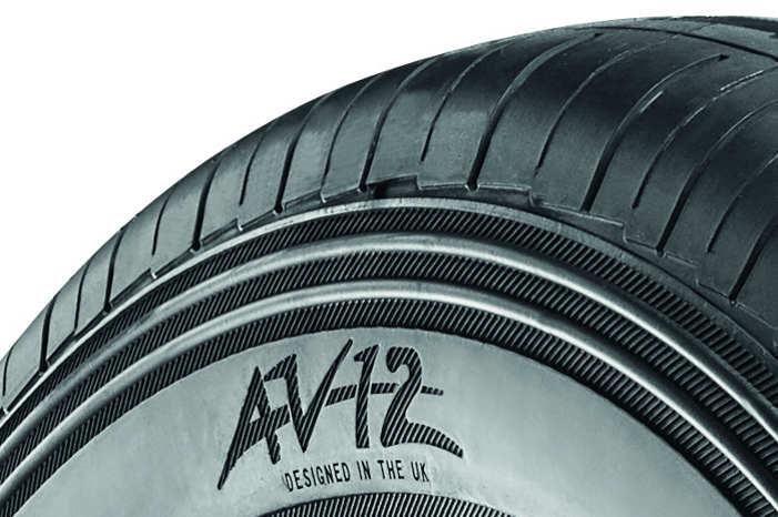 De 1,5 mm tykke slidtage-ribber på dæksiden udgør en buffer-zone, der på AV12 er gjort 6 mm bredere