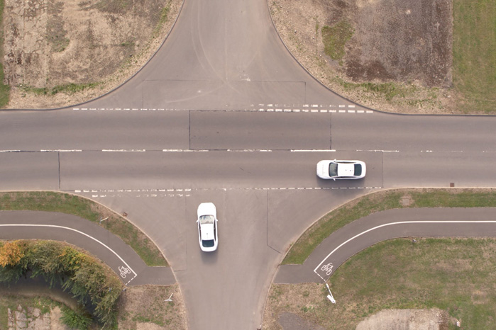 Situationer som denne, hvor en bil skal holde og vente på en anden i et kryds, kan helt undgås med IPM