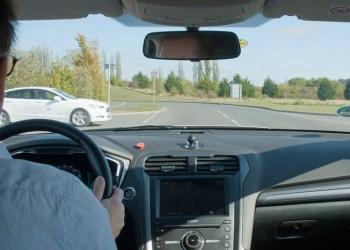 Det nye system kan enten give føreren en anbefalet hastighed eller selv overtage styringen